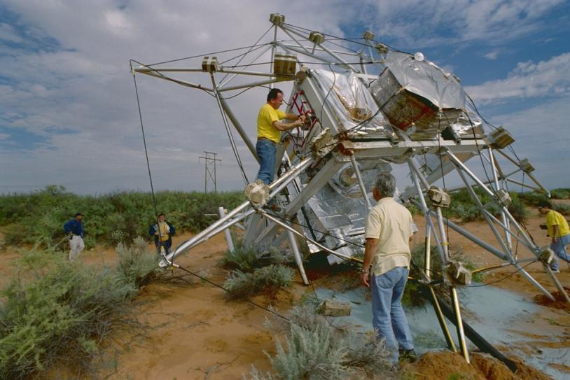 Récupération de la nacelle Pronaos. Crédits : CNES/E.MARTIN,1999